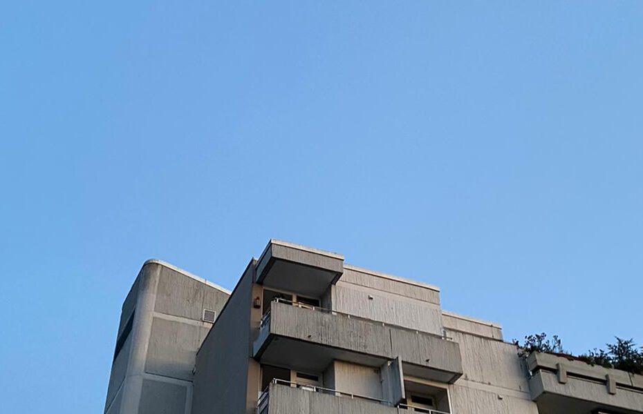 Plattenbau vor blauem Himmel / Bild von Moritz Stoll