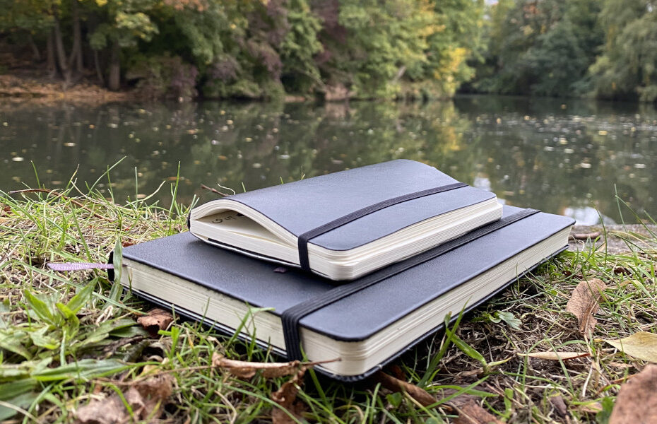 Notizbücher auf einer Wiese