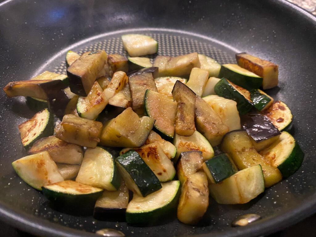 Zucchini und Aubergine in der Pfanne